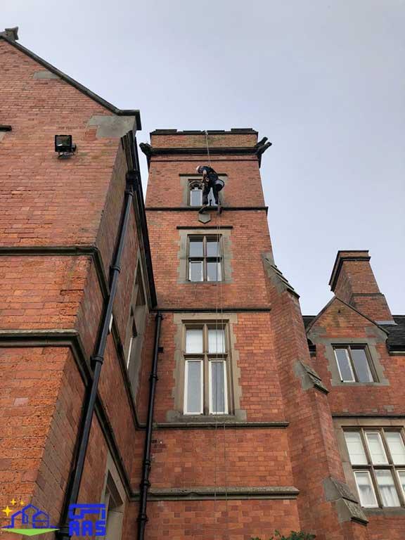 شست و شوی نمای شیشه ای ساختمان ها با طناب