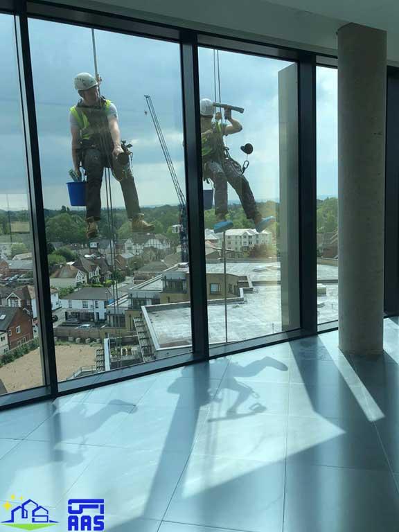 شست و شوی نمای شیشه ای ساختمان ها با طناب (01)