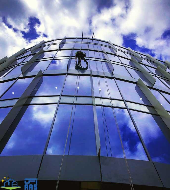 شست و شوی نمای شیشه ای ساختمان ها با طناب (02)